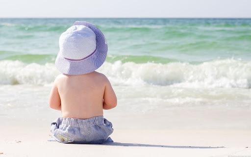 bebê na praia pela primeira vez
